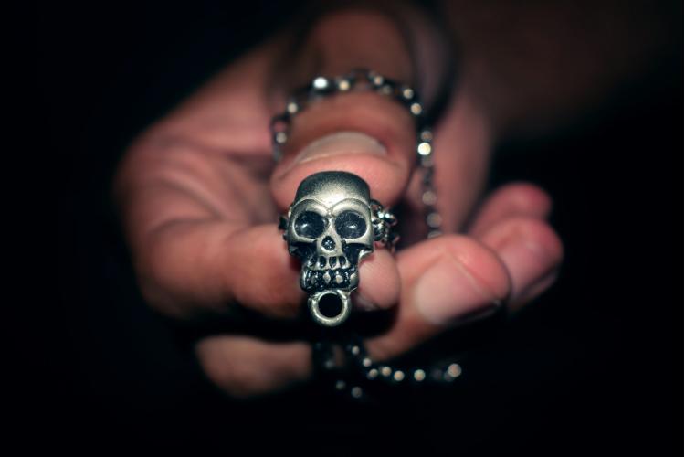 Collier de tête de mort - Décider quoi porter - 2