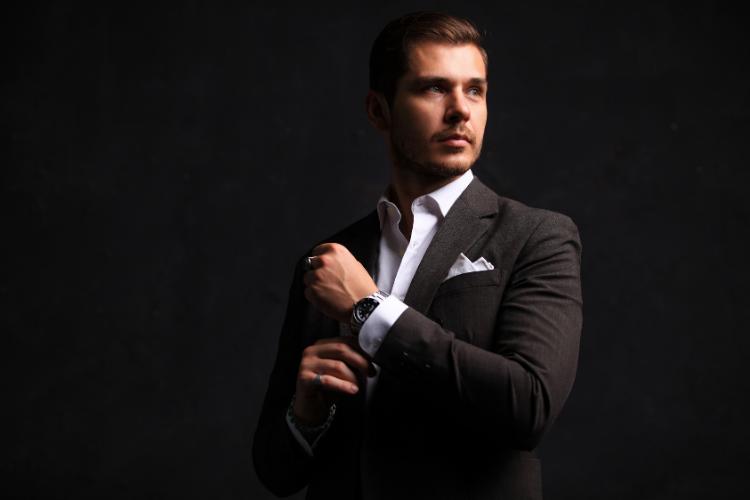 Les hommes qui aiment porter des têtes de mort en argent sont plus attirants
